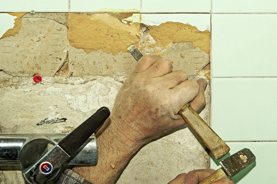 Réparer soi-même le carrelage de la douche : joints et carreaux à changer